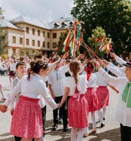 Moldavskí študenti postavili máj